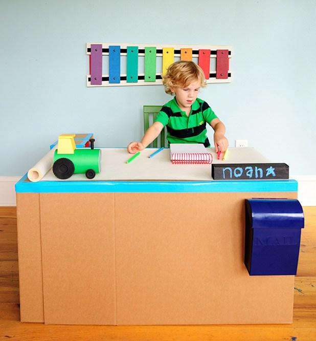 DIY pop up desk (via blog)