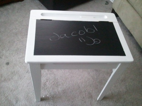 DIY chalkboard kid desk (via shelterness)