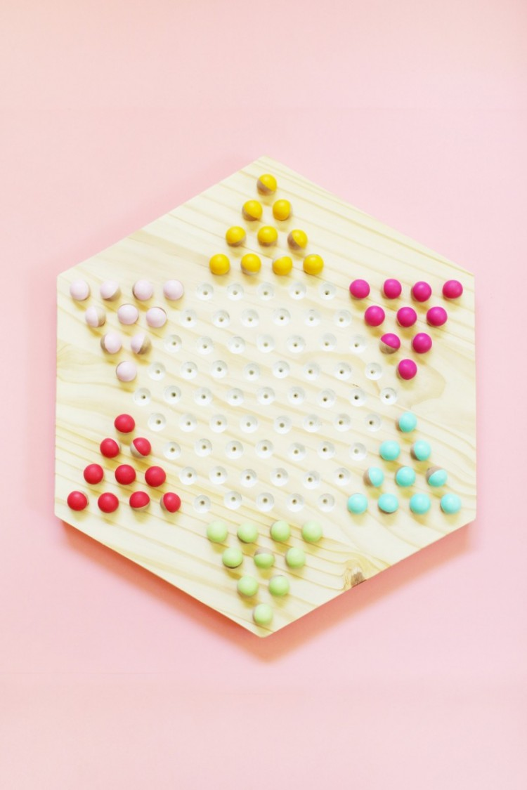 DIY Chinese checkers game (via lovelyindeed)