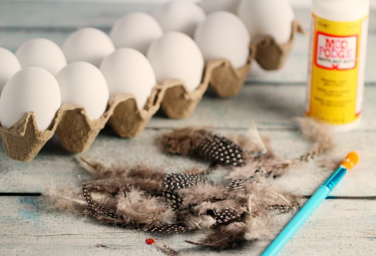 Scandinavian Style Easter: DIY Feather Easter Eggs