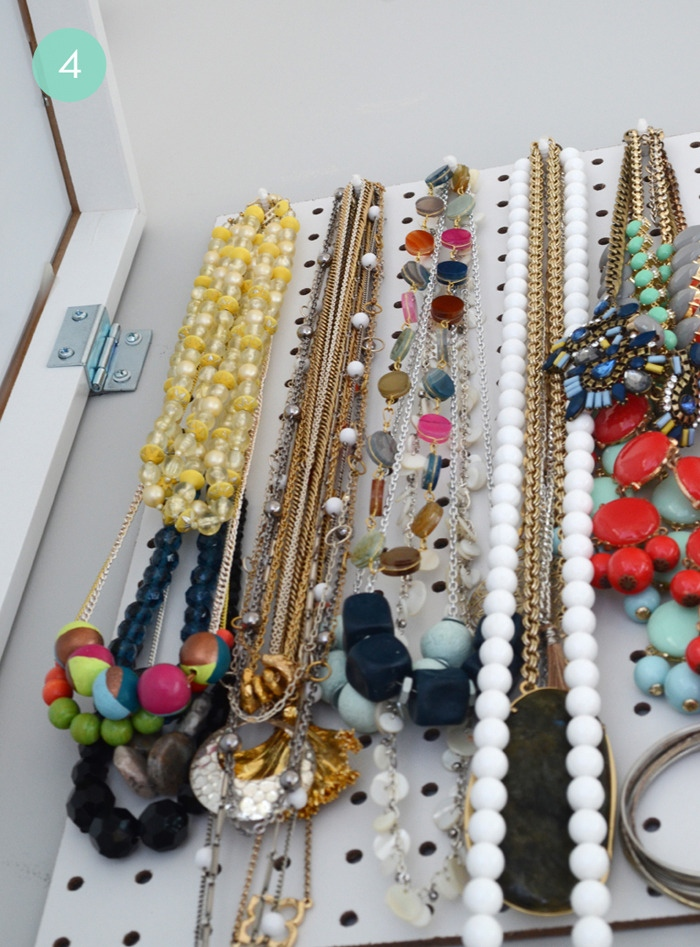 DIY jewelry storage (via curbly)