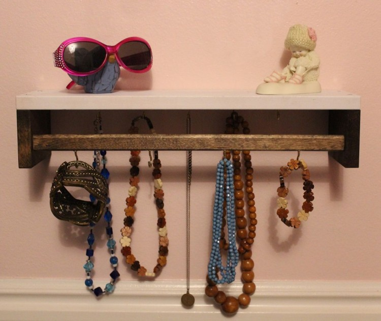 DIY Jewelry holder (via homedit)