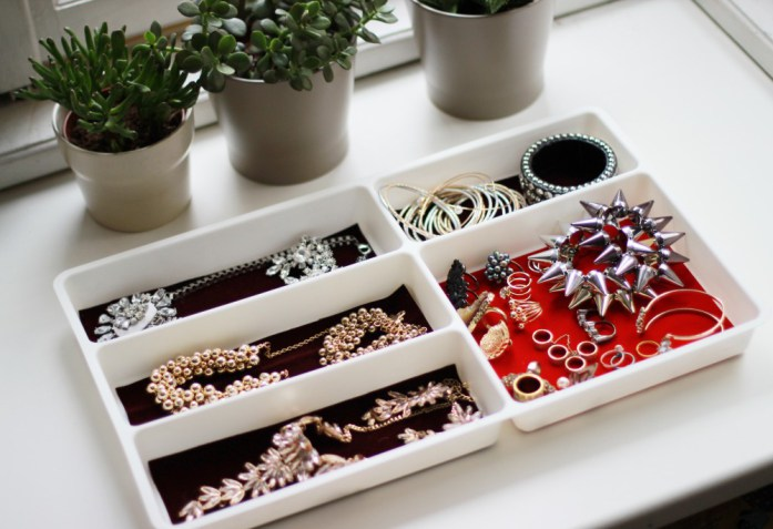 DIY jewelry organizer (via selenardesign)