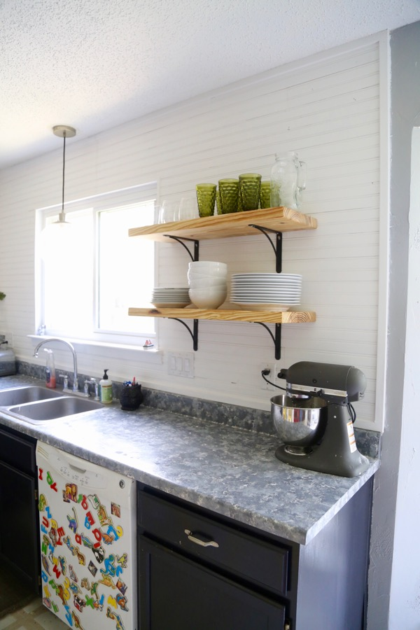 Airy looking diy kitchen open shelving shelterness for Looking for kitchen