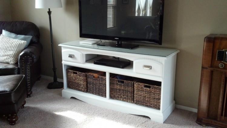 DIY TV stand makeover (via handimania)