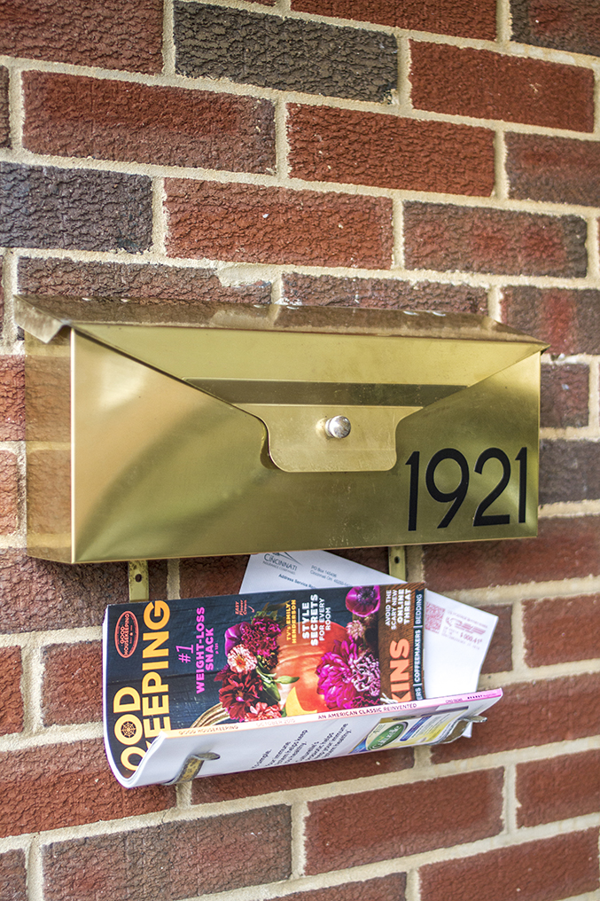 DIY wall mounted mailbox with house numbers (via dreamgreendiy)