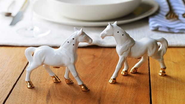DIY horse salt and pepper shakers (via smh)