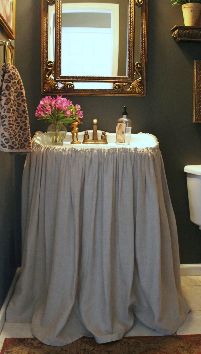 Cute DIY Sink Curtain (via Thepaintedchandelierblog)