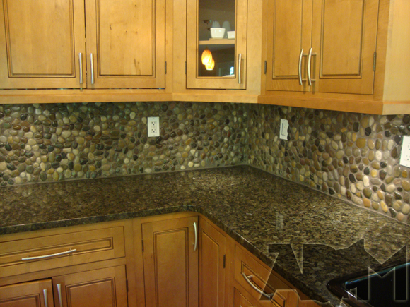 DIY river pebbles backsplash (via akronohiomoms)