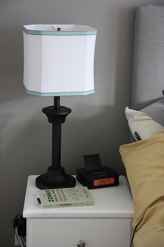 simple DIY bedside lamp (via confessionsofatwentysomethingartist)