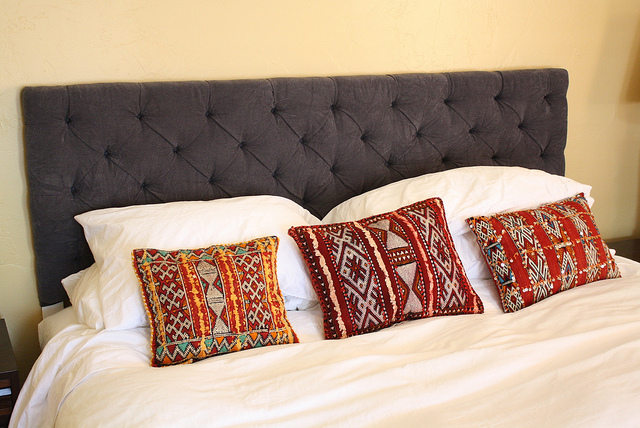 DIY button tufted headboard (via involvingthesenses)