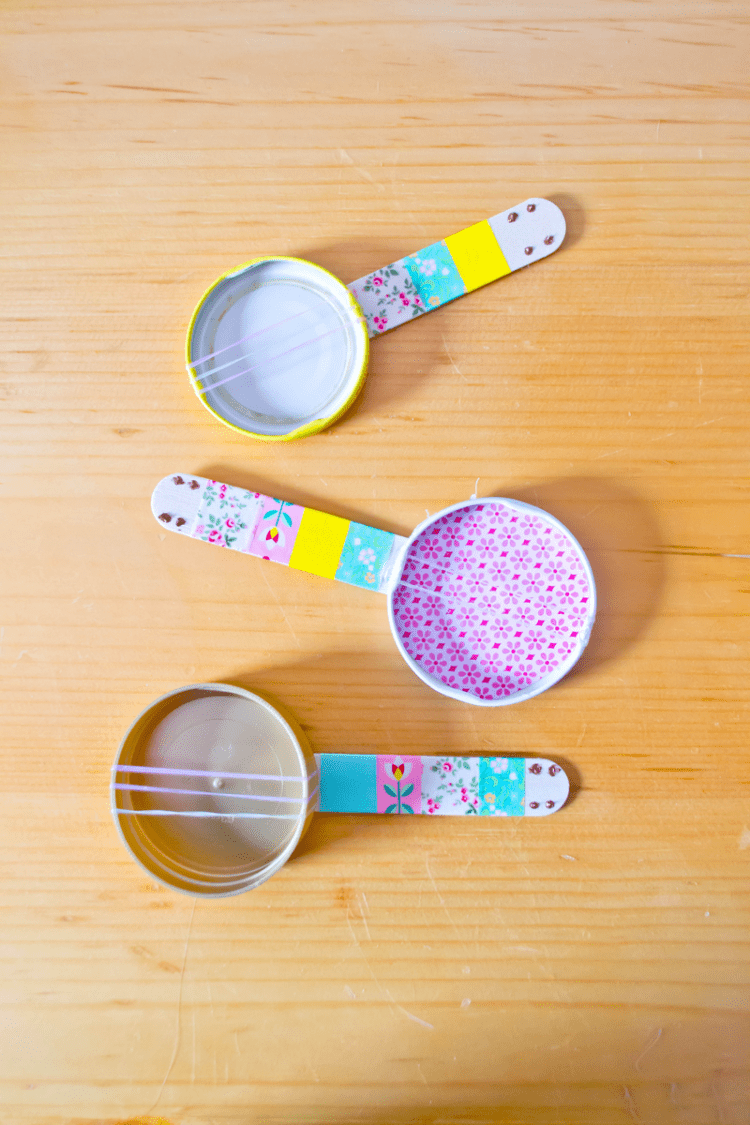 DIY popsicle stick mini banjos for kids (via ourhollydays)