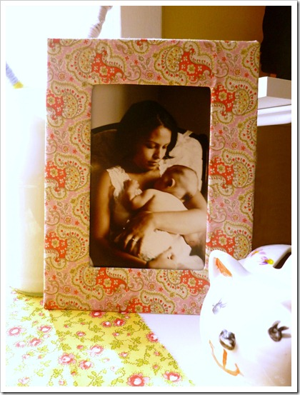 DIY fabric cardboard picture frame (via abernathycrafts)