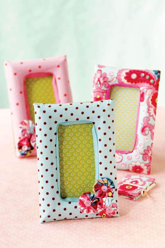 DIY cheerful patterned photo frames (via ideas)