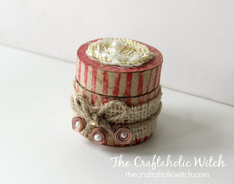 DIY vintage gift box of a toilet paper roll (via thecraftaholicwitch)