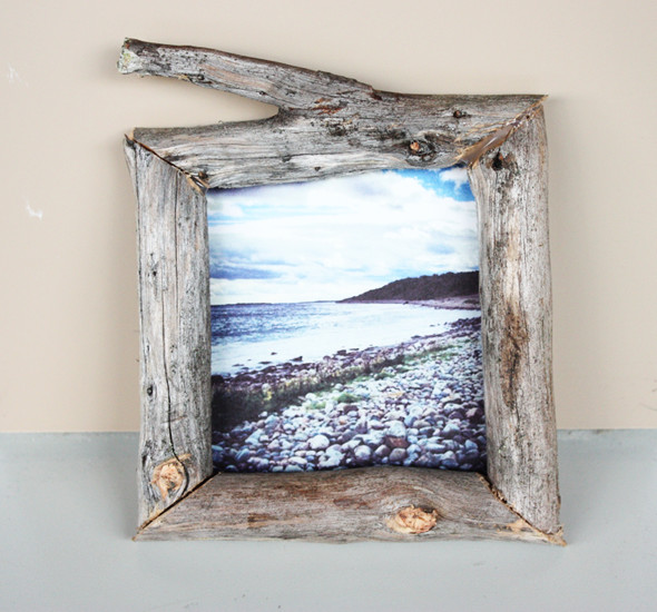 DIY driftwood photo frame (via morningcreativity)