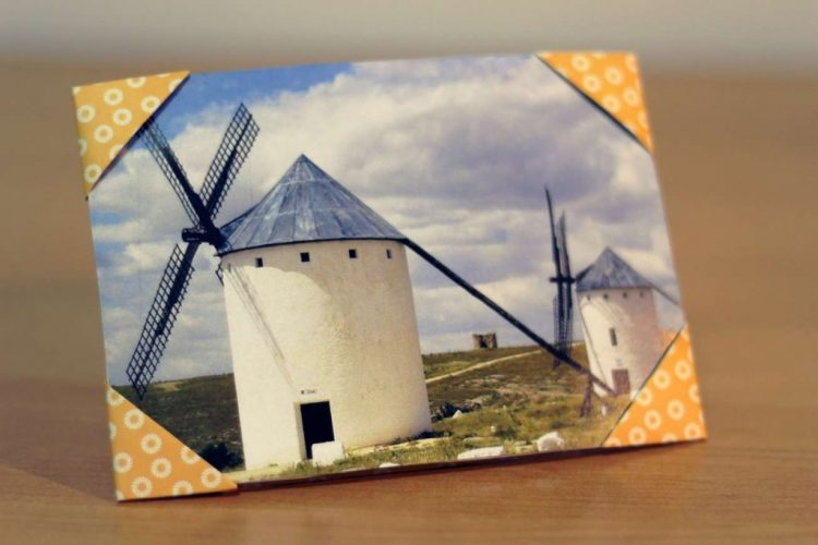 DIY photo frame with corners (via becoration)