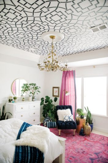 DIY geometric ceiling stenciling (via blog)