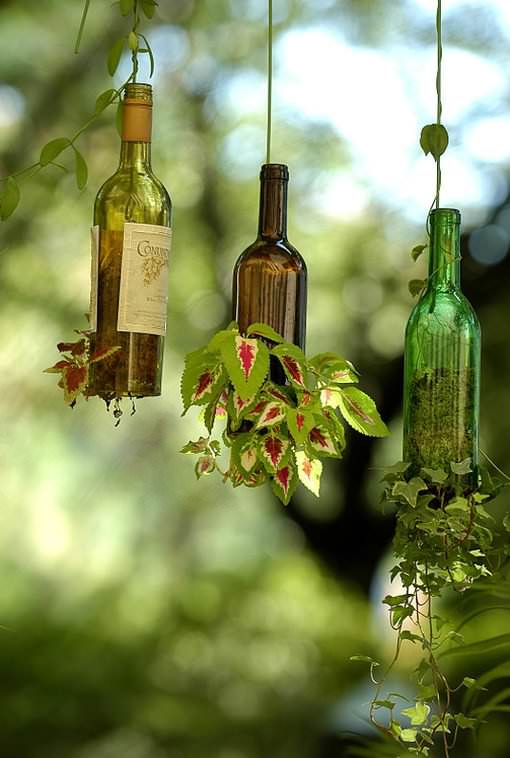 DIY outdoor hanging planters from wine bottles (via www.recyclart.org)