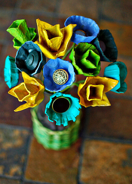DIY egg carton flower centerpiece (via www.shelterness.com)