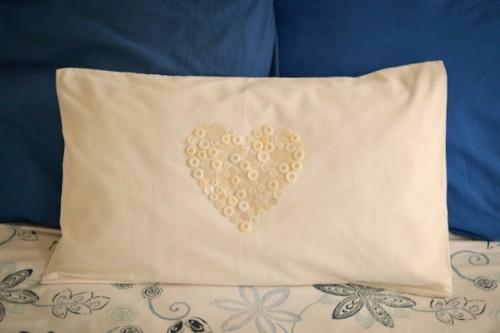 DIY button heart pillow (via shelterness)