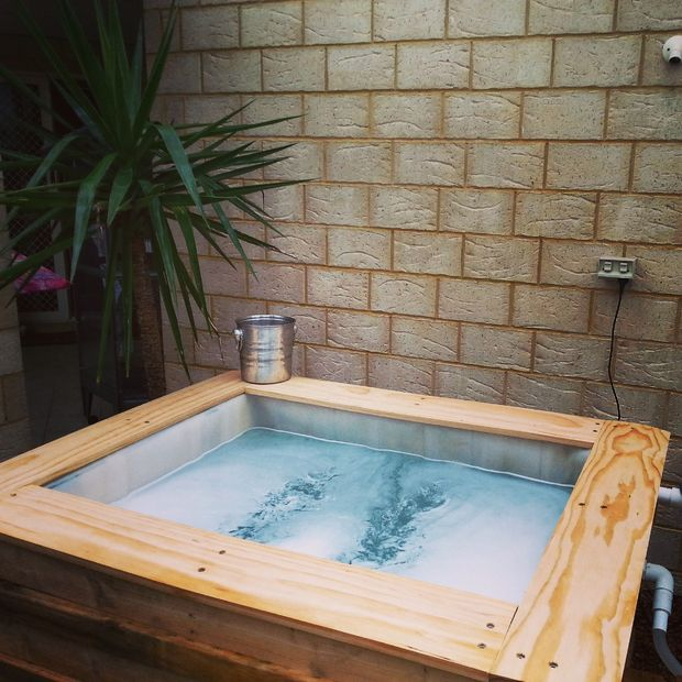 9 diy outdoor hot tubs you can build yourself shelterness for Poolumrandung rundpool