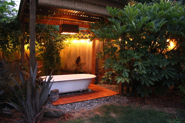 DIY backyard hot tub (via www.houzz.com)