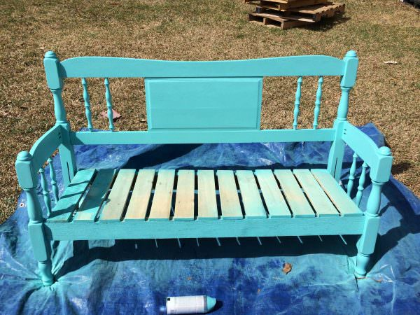 DIY garden bench from a headboard and pallets (via www.1001pallets.com)