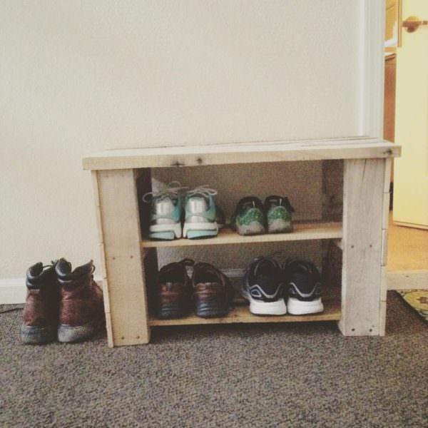 DIY pallet shoe bench for entryways (via www.1001pallets.com)