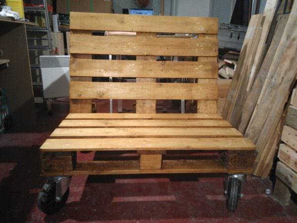 DIY pallet bench on wheels (via www.1001pallets.com)