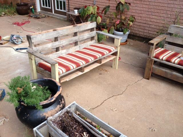 DIY oudoor pallet bench with a back (via www.rkblack.com)