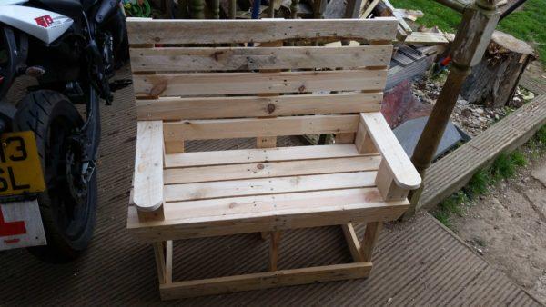 DIY rustic pallet bench for kids (via www.1001pallets.com)