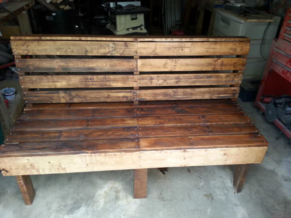 DIY large rustic pallet bench for outside (via www.1001pallets.com)