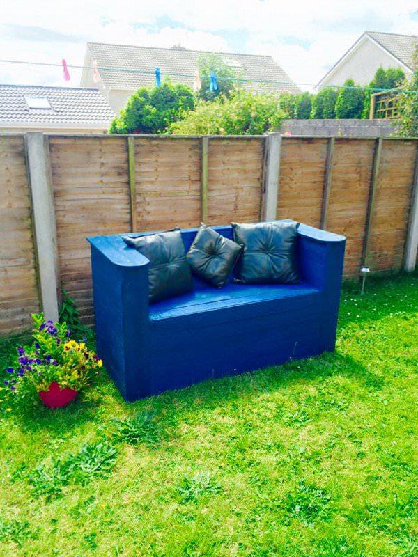 DIY modern garden pallet bench in dazzling blue (via www.1001pallets.com)