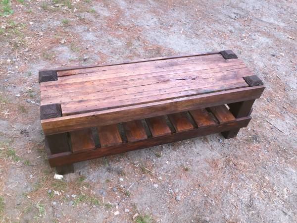 DIY outdoor pallet bench with a storage space (via www.1001pallets.com)