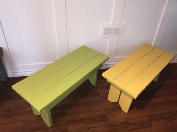 DIY small garden bench of stripped pallet wood (via www.1001pallets.com)