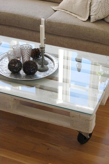 DIY Wooden Pallet Cofee Table With A Glass Top (via Shelterness)
