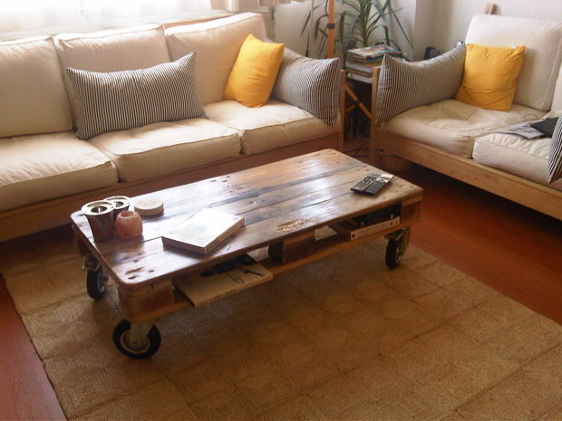 DIY stained pallet coffee table on casters (via instructables)