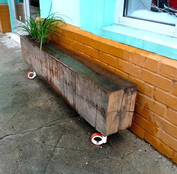 DIY rollable beam planter bench (via homejelly)
