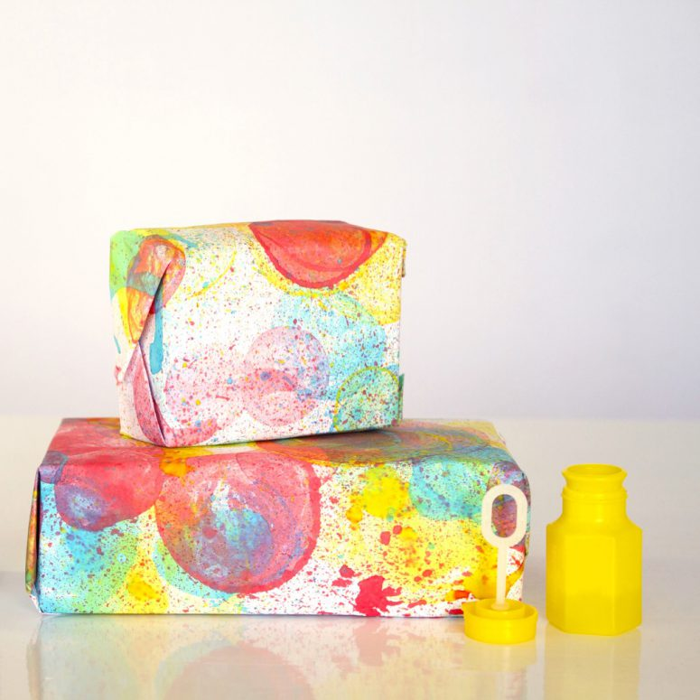 DIY bubble print wrapping paper (via blog)