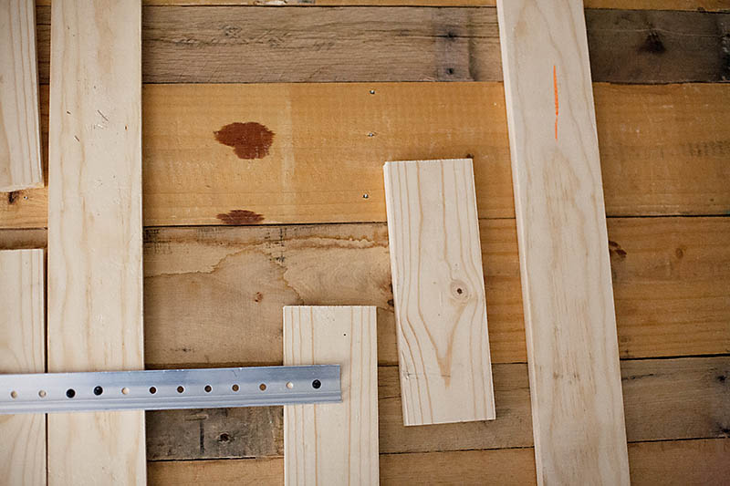 11 easy and budget friendly diy pallet headboards for How to make a wood pallet headboard