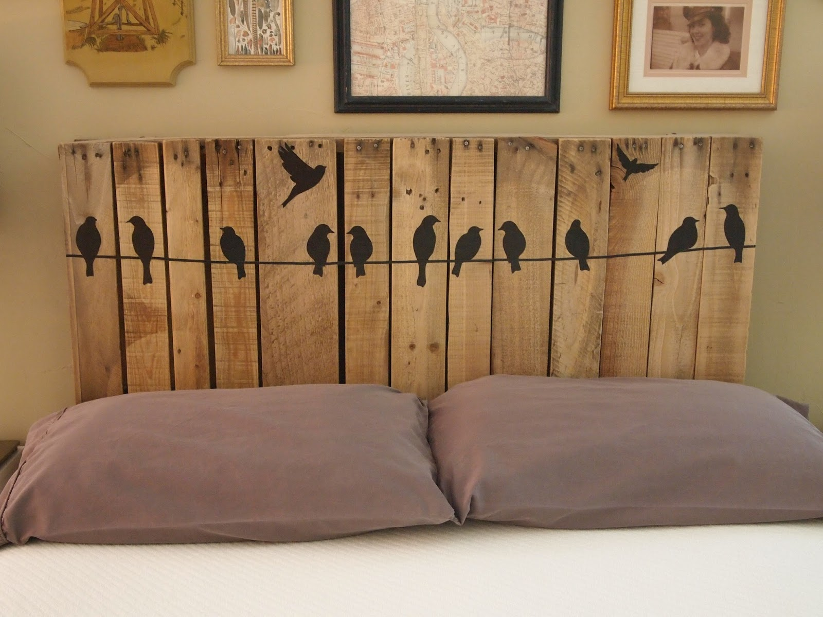 DIY vertical pallet wood headboard with ravens (via www.catheywithane.com)