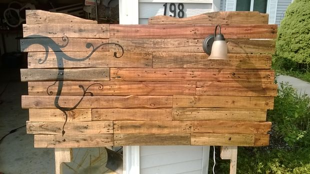 creative DIY wooden pallet headboard (via www.instructables.com)