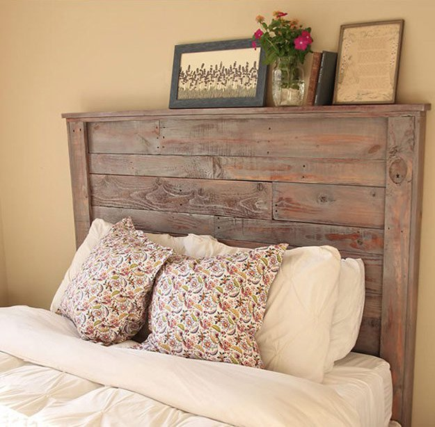 DIY weathered pallet headboard (via diyready.com)