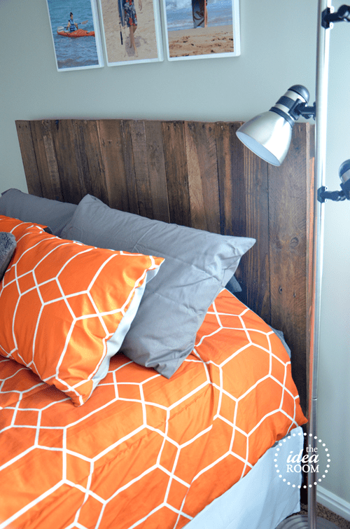 DIY thin pallet wood headboard (via www.theidearoom.net)