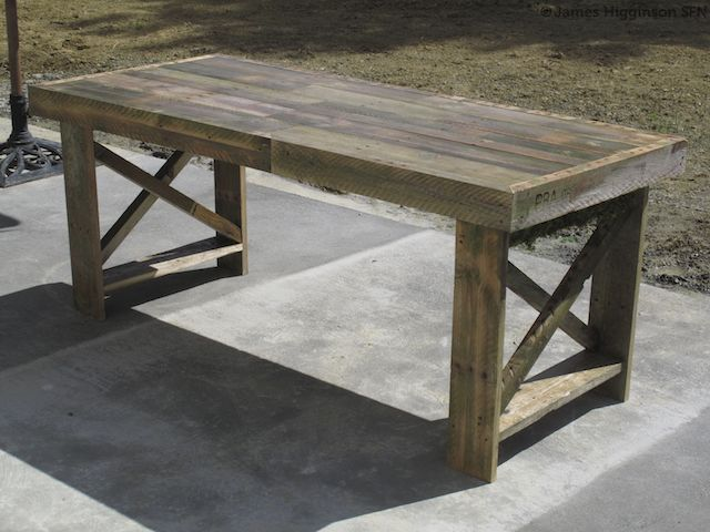 DIY rustic pallet table of discarded pallets (via www.survivefrance.com)