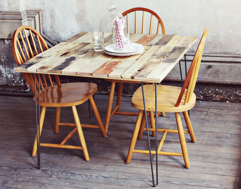 DIY super thin pallet table on hairpin legs (via www.abeautifulmess.com)