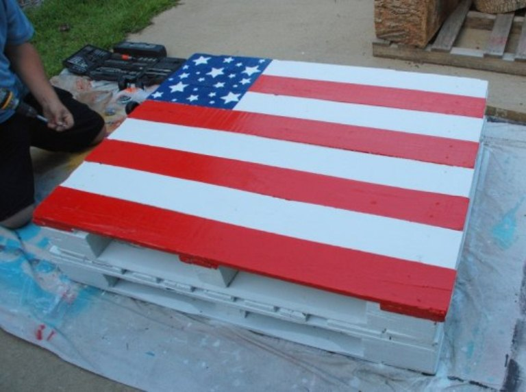 DIY patriotic pallet dining table with a flag (via www.shelterness.com)