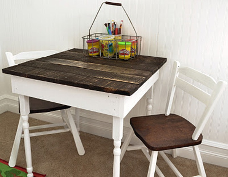 DIY kids' pallet dining table with chairs (via www.shelterness.com)
