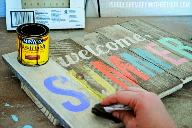 DIY weathered pallet sign (via www.ishouldbemoppingthefloor.com)